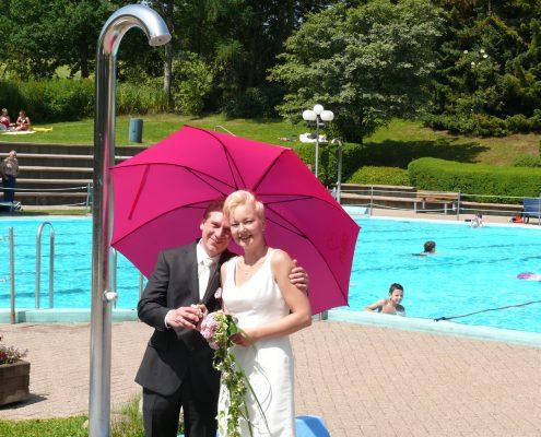 Hochzeitsfoto Schwimmbad Brause